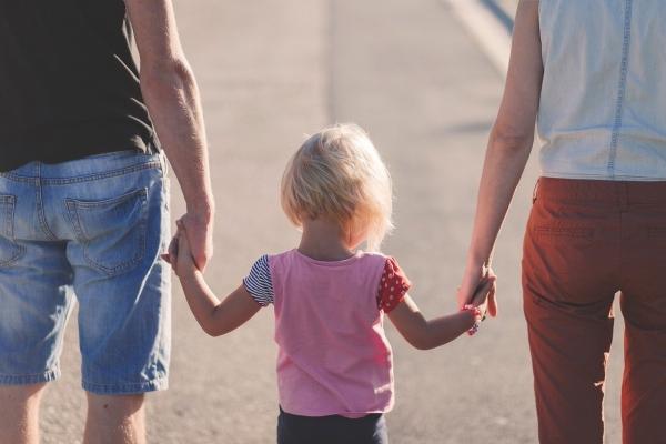 Οικογενειακό δίκαιο: Κατατέθηκε στη Βουλή το νομοσχέδιο για τη συνεπιμέλεια γονέων