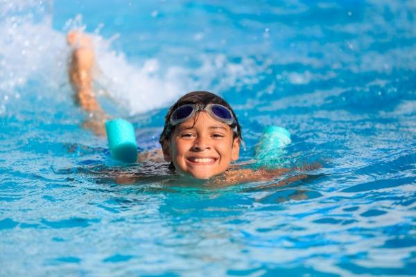 Τι κάνουμε αν μπει νερό στο αυτί του παιδιού μετά το μπάνιο στη θάλασσα