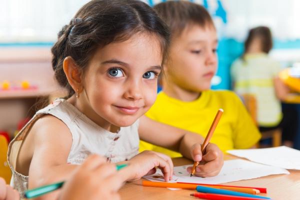 Θα πρέπει το παιδί μου να μάθει να γράφει και να διαβάζει από το νηπιαγωγείο;